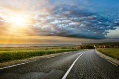 Zonsondergang over kustweg Royalty-vrije Stock Foto
