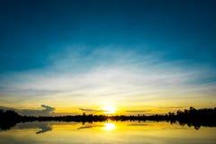 Zonsondergang over lakt witte blauwe hemel Stock Foto's