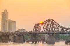 Zonsondergang over Lange Bien-brug Stedelijke cityscape van Hanoi stock afbeeldingen