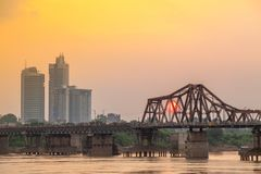 Zonsondergang over Lange Bien-brug Stedelijke cityscape van Hanoi vietnam stock fotografie