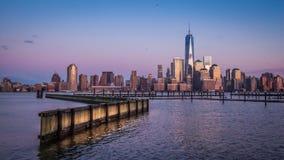 Zonsondergang over Manhattan Van de binnenstad stock footage