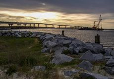 Zonsondergang over Marc Basnight Bridge aan Hatteras-Eiland stock foto
