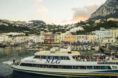 Zonsondergang over Marina Grande, Capri-Eiland Cruisevervoer Stock Foto's