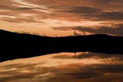 Zonsondergang over meer Stock Afbeeldingen