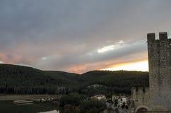 Zonsondergang over meer en bos van middeleeuws kasteel in Catalonië Royalty-vrije Stock Fotografie