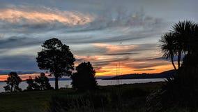 Zonsondergang over Meer Taupo stock foto