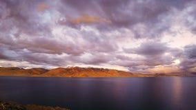 Zonsondergang over Meer Tso Moriri stock videobeelden