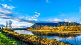 Zonsondergang over Nicomen Slough in Brits Colombia, Canada royalty-vrije stock afbeeldingen