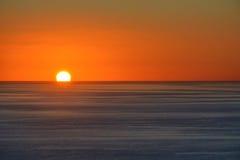 Zonsondergang over oceaan stock fotografie