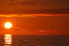 Zonsondergang over oceaan, volledige schijf Royalty-vrije Stock Foto's