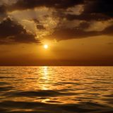Zonsondergang over overzees. Royalty-vrije Stock Afbeeldingen