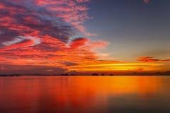 Zonsondergang over overzees op een tropisch eiland Stock Foto
