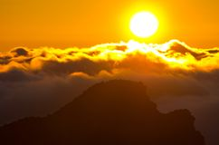 Zonsondergang over Pico Ruivo-piek op het eiland van Madera, Portugal Stock Foto's