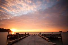 Zonsondergang over pijler en overzees Stock Foto's