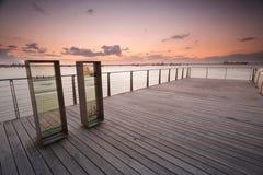 Zonsondergang over Plantkundebaai van pier stock afbeelding
