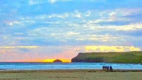 Zonsondergang over Polzeath Cornwall royalty-vrije stock afbeeldingen