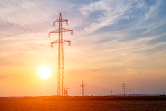 Zonsondergang over powerlines Stock Afbeeldingen