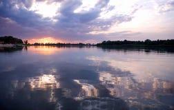 Zonsondergang over rivier stock fotografie