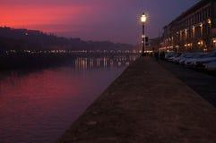 Zonsondergang over rivier Arno in Florence stock fotografie