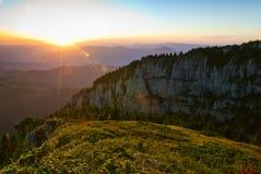 Zonsondergang over rotsachtige berg Stock Foto