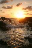 Zonsondergang over rotsachtige kust Royalty-vrije Stock Foto