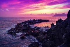 Zonsondergang over rotsachtige kust Royalty-vrije Stock Foto's