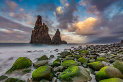 Zonsondergang over rotsachtige kust Stock Afbeeldingen