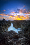 Zonsondergang over rotsachtige kustlijn Royalty-vrije Stock Afbeelding
