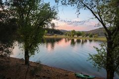Zonsondergang over rustig meer in Noordelijk Californië stock foto