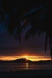 Zonsondergang over SanYa met kokospalm die de zonsondergang ontwerpen Royalty-vrije Stock Foto's