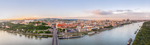 Zonsondergang over Stad van Bratislava, Slowakije Royalty-vrije Stock Foto's