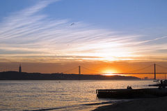 Zonsondergang over Tagus, Lissabon, Portugal Stock Afbeelding