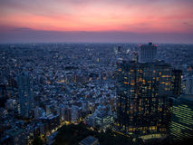 Zonsondergang over Tokyo, Mening van de Metropolitaanse Overheid die æ  ±äº¬éƒ ½ åº , Shinjuku, Japan bouwen Royalty-vrije Stock Foto