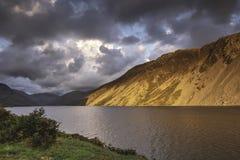 Zonsondergang over toneelbergvallei in Meerdistrict, Cumbria, het UK stock afbeeldingen