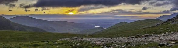 Zonsondergang over toneelbergvallei in Snowdonia, het UK stock fotografie