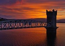 Zonsondergang over torenbrug, Ierland Stock Afbeelding