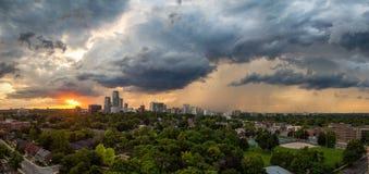 Zonsondergang over uit het stadscentrum Toronto op een bewolkte dag stock foto