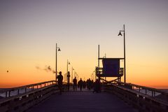 Zonsondergang over Venice Beach-Pijler in Los Angeles, Californië stock foto