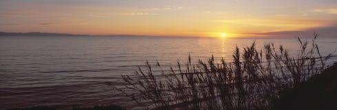 Zonsondergang over Vreedzame Oceaan dichtbij Santa Barbara, Californië Stock Fotografie