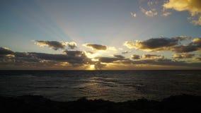 Zonsondergang over Vreedzame Oceaan op de kust van Westelijk Australië stock video