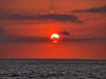 Zonsondergang over water Stock Afbeelding