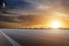 Zonsondergang over weg royalty-vrije stock afbeeldingen