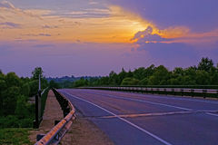 Zonsondergang over weg Stock Foto
