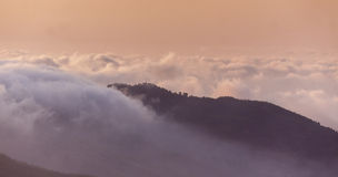 Zonsondergang over wolken in de Troodos-Bergen in Cyprus stock foto's
