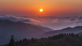 Zonsondergang over wolken in de Troodos-Bergen in Cyprus royalty-vrije stock afbeelding
