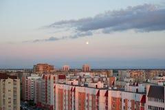 Zonsondergang over woonflatgebouwen Stock Foto