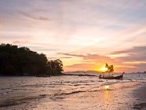 Zonsondergang over zandig strand met boten Royalty-vrije Stock Afbeeldingen