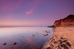 Zonsondergang over zandig strand, Mornington-Schiereiland stock afbeelding