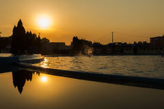 Zonsondergang over zwembad Royalty-vrije Stock Afbeelding