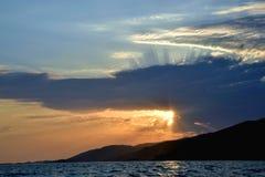 Zonsondergang, overzees en wolken, zonstralen Royalty-vrije Stock Afbeeldingen
